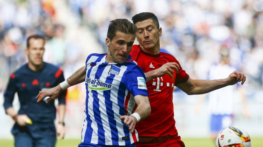 Hertha Berlin Bayern Mnichov Peter Pekarik Robert Lewandowski apr16 Reuters