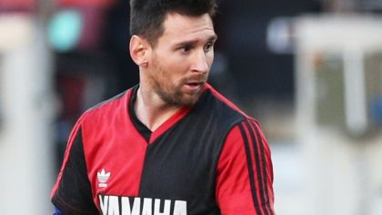 Lionel Messi si uctil Maradonu v drese Newell's Old Boys.