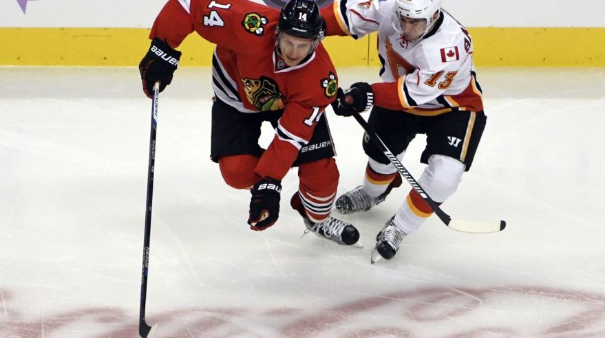 Chicago Blackhawks Richard Panik Johnny Gaudreau Calgary Flames okt16 Reuters
