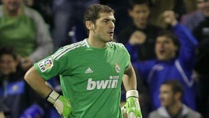 Casillas real madrid zeleny dres ruka v bok