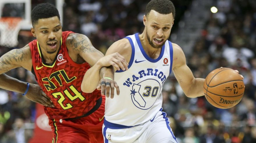 Stephen Curry (Golden State Warriors) a Kent Bazemore (Atlanta Hawks).