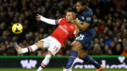 Santi cazorla arsenal vs antonio valencia man utd feb2014 reuters