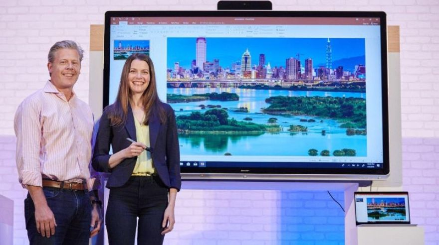 Microsoft priamo na Computexe prezentuje 70-palcový Windows Collaboration Display od Sharp.
