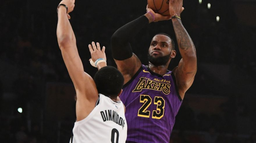 Útočník Los Angeles Lakers LeBron James v streleckom pokuse.