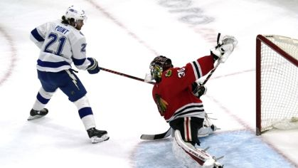 Brayden Point v zápase proti Chicagu Blackhawks