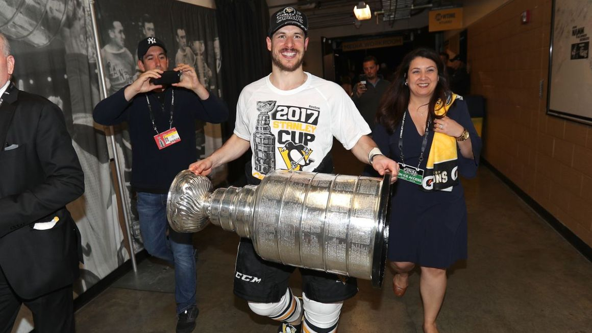 Sideny Crosby nesie Stanley Cup