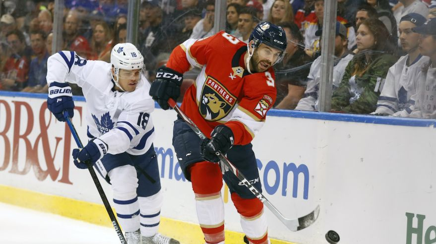 Andreas Johnsson (Toronto Maple Leafs) a Keith Yandle (Florida Panthers).