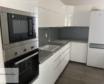 Rezervované - K&R CARPATIA-real * Najlepšia Ponuka - Veľmi pekný a priestranný - 3 izbový byt s balkónom a parkovacím státím vo Vila dome