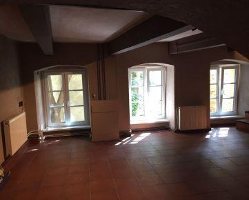 Ponúkame na prenájom polosuterénne nebytové priestory nachádzajúcich na Župnom námestí, soknami do Michalskej priekopy v Starom Meste.