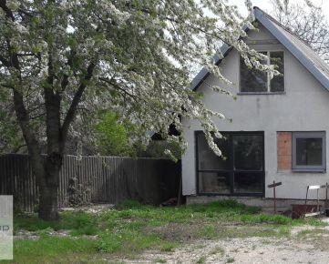 Predaj záhrady na Starých gruntoch s parkovaním aj so záhradnou chatkou.