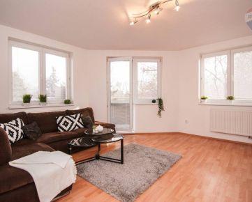 Priestranný 3 izbový byt s dvoma loggiami, šatníkom a komorou