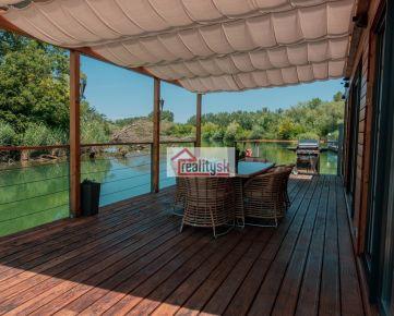 Na predaj krásny  4-izbový hausbot moderného dizajnu s veľkou prekrytou terasou vhodný na celoročné bývanie či rekreáciu v tichej časti Jarovského ramena, BA