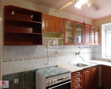Ponúkame Vám na predaj veľký 2-izb. byt v tehlovom bytovom dome Nových Zámkoch v centre mesta.