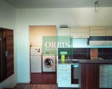Ponúkame na prenájom 2 izbový byt o výmere 42m2 + loggia 4m2, na 5/8 poschodí v zateplenom panelovom dome s novými výťahmi, vchod po rekonštrukcii