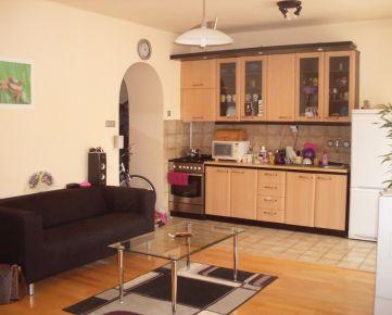 Pekný zariadený 1-izb. byt, 40 m², balkón, orientovaný do dvora, internet a TV v cene, na Záhradníckej ul. v širšom centre Bratislavy, časť Nivy