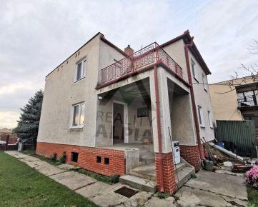 Poschodový rodinný dom NA PREDAJ pri centre v obci Bánov