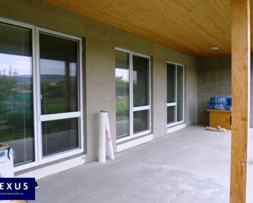 Predaj, 6-izbový rodinný dvojdom  s terasami, prístreškom pre dve autá a prípravou na bazén, pozemok s výmerou 1100 m2
