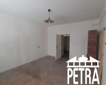 PREDAJ : 2,5 izbový byt s možnosťou prerobenia na 3 izbový v lokalite Uhlisko