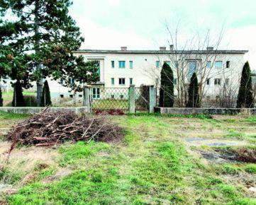 TOP INVESTIČNÁ PRÍLEŽITOSŤ, bytový dom s ôsmimi bytovými jednotkami na okraji mesta Šahy, 4666m2. CENA: 105 000,00 EUR