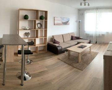 Ponúkame na prenájom 3-izbový byt s loggiou v novostavbe Fuxova na Bosákovej ulici. Byt sa nachádza na 9. poschodí. Byt pozostáva z chodby s skriňou s úložným priestorom.  Ďalej obývačka, ktorá je spo