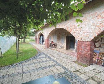 Bývalý historický objekt – klenbová pivnica s rodinným domom