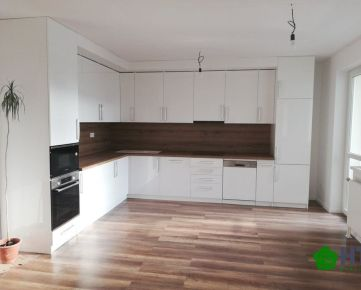 PRIESTRANNÝ 4 IZBOVÝ BYT so šatníkom (105 m2) + 11,5 m2 lodžia, v ŠTANDARDE vrátene kuchynskej linky