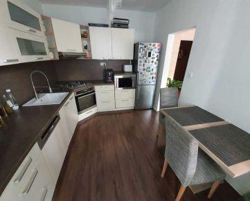 Petržalka - začiatok, 4 izbový byt upravený na 3 izbový byt po kompletnej rekonštrukcii, bývanie na skok od centra Bratislavy