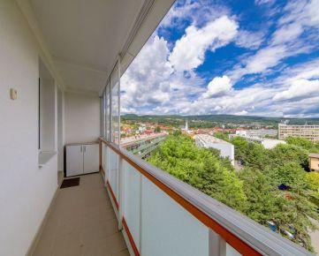 LEXXUS-PREDAJ, tradičný a pohodlný 3i byt s loggiou a unikátnym výhľadom na lesopark a mestskú časť Rača, v zrekonštruovanom bytovom dome, BA III