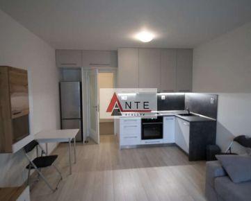 NOVOSTAVBA 1 izb. bytu v CENTRE mesta so 14m2 terasou a parkovacím miestom