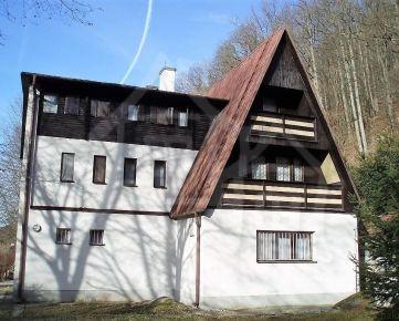 Veľká chata na veľkom pozemku pod lesom v blízkosti potoka v Modrovej na predaj.