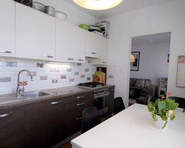 Veľkorysý 3 izbový byt s dvomi loggiami v blízkosti lesa