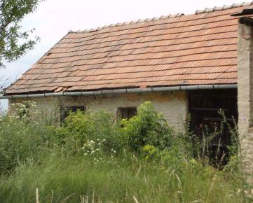 Na predaj vidiecka usadlosť, pozemok 3700 m2, 15 km od Nových Zámkov