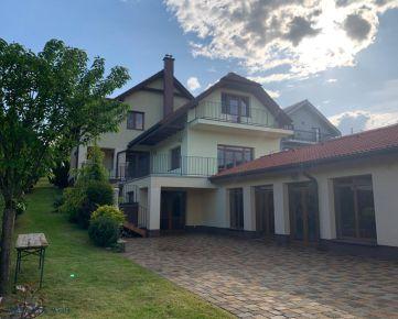 Ackerman & Wolff ponúka na predaj 7- izbovú luxusnú rodinnú vilu na Pereši s vnútorným bazénom.