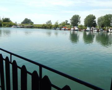 Na predaj útulný houseboat s terasou vhodný na rekreáciu v tichej časti Jarovského ramena, BA