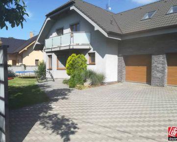 Direct Real - Ponúkame na predaj luxusnú rodinnú vilu s bazénom, 15 km od BA