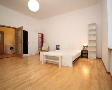 Priestranný 1-izbový byt v bratislavskom Starom Meste