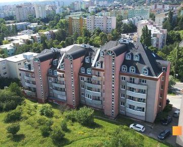 Veľký byt pre veľkú rodinu v okrajovej časti Dúbravky s množstvom zelene.