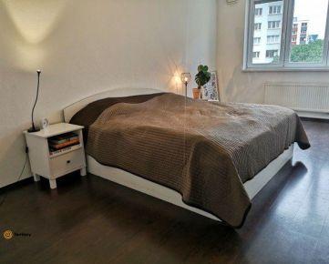 REZERVOVANÝ / Útulný 2 a pol izbový byt s balkónom a garážovým stojiskom / Petržalka -  Osuského