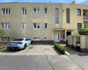 Na predaj zrekonštruovaná budova s bytovými jednotkami, Trenčín, SIHOŤ, parkovacie miesta