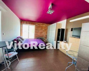 Lukratívny 1-izbový byt na Svätoplukovom námestí s terasou