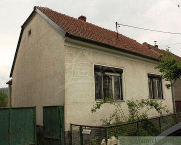 Udržiavaný dom v pôvodnom stave s potokom za pozemkom