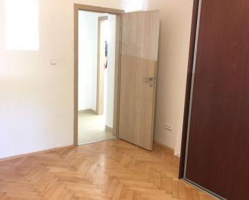Predaj 2 izbový  zrekonštruovaný byt  Krasňany - Rača ulica Hubenného v peknom parku, pivnica, parkovanie možné pri dome