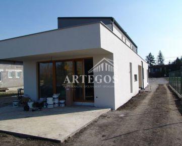 Novostavba veľkého 3 izbového rodinného domu pri jazere vo Veľkom Bieli