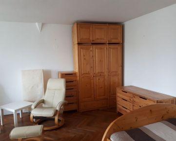 Prenajmem priestranný, svetlý 1-izb. byt v centre Bratislavy na ulici Chorvátska  Byt je kompletne zariadený,  samostatná kuchyňa, separátne WC, veľká slnečná izba, Pešia dostupnosť do centra Bratisla