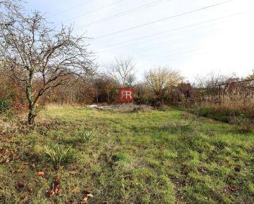 HERRYS - Na predaj rovinatý pozemok vhodný ako záhrada s možnosťou výstavby menšej chaty v Dúbravke
