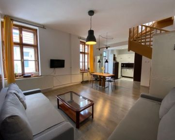 PROMINENT REAL ponúka na prenájom priestranný mezonetový 3 izbový byt na Obchodnej ulici.