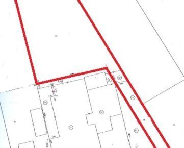 Predaj, rozľahlý stavebný pozemok  neďaleko centra mesta, výmera 867 m2 +117 m2 prístupová komunikácia, VIS pred pozemkom