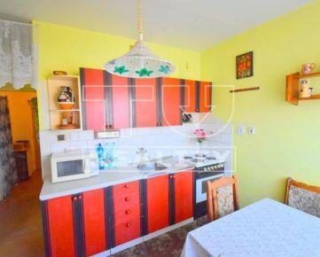 Na predaj 2-izbový byt s dvoma balkónmi a garážou, 52m2, v obci Čeladice. CENA: 53 000,00 EUR