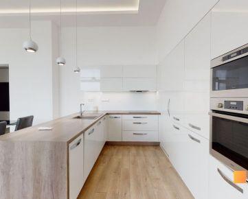 Novostavba rodinného domu tvaru L s dokonalým pozemkom a dispozíciou.