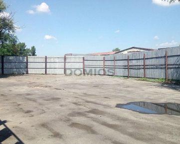 DOMIOS | prenájom pozemku na skladovanie (701,74 m2, spevnená plocha, elektrina, oplotenie)